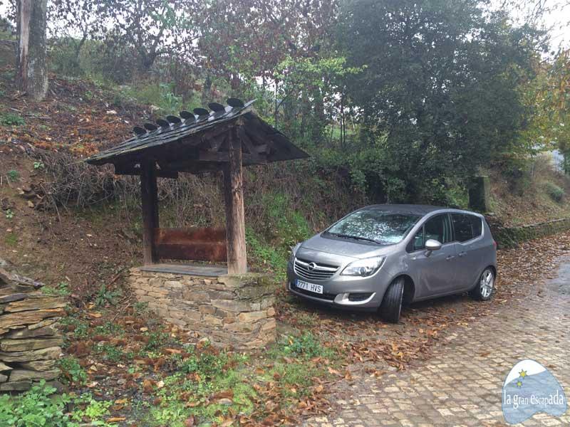Opel Meriva en la frontera hispanolusa de Rihonor - Rio de Onor