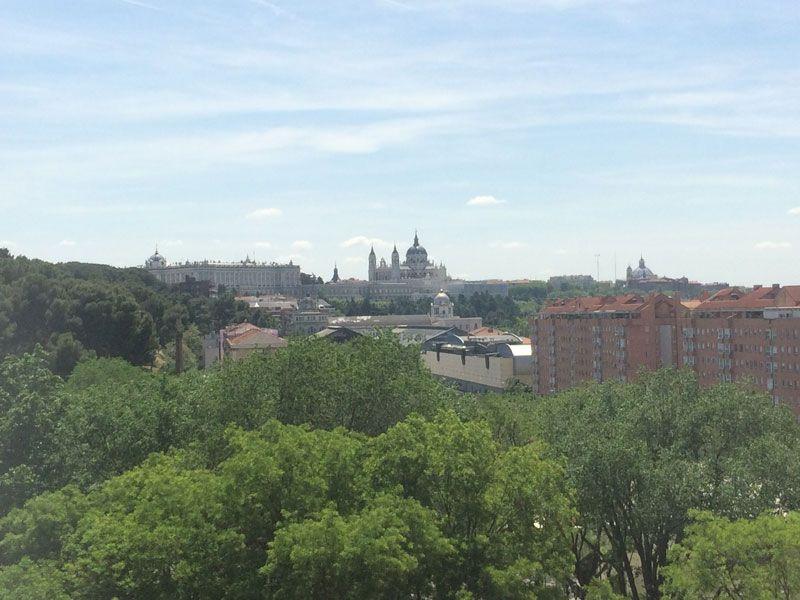 El Palacio Real (izquierda) y la Almudena (derecha)