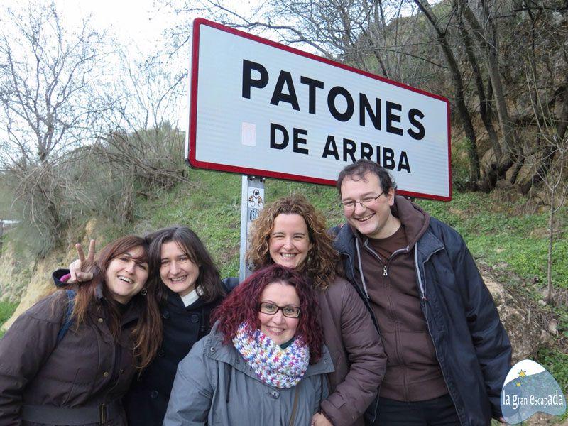 Foto de familia junto al cartel de la entrada de Patones de Arriba