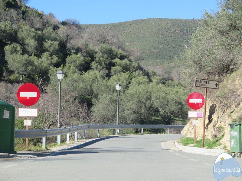 Señales que indican la prohibición de acceder a Patones de Arriba en coche
