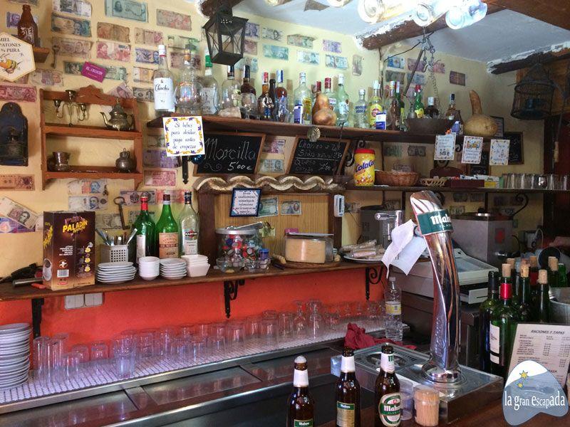 Tomando unos botellines de mahou en la barra de El Chiscón - Patones de Arriba