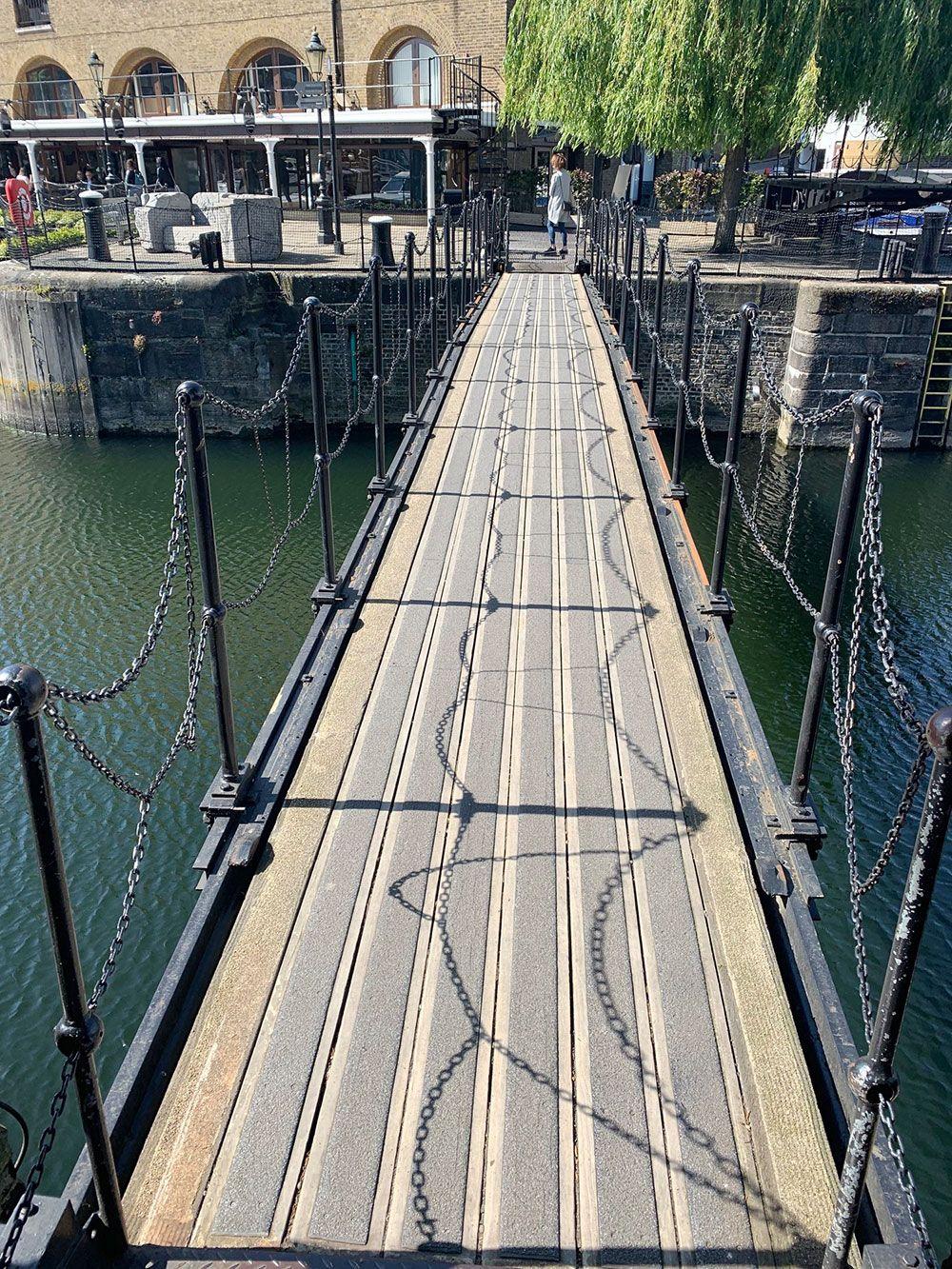 Pequeño puente de hierro en St. Katharine Docks
