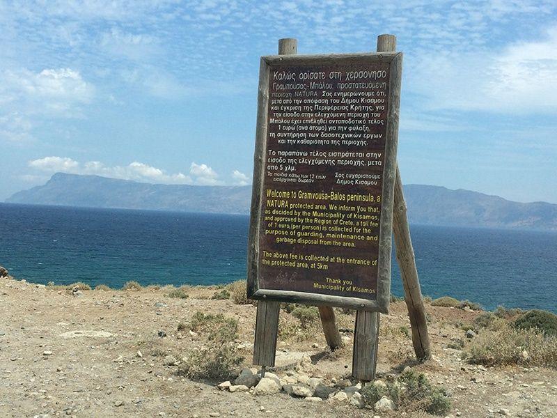 Playa de Balos. Cartel de  Parque Natural donde avisa del pago de la tarifa de 1€ por persona