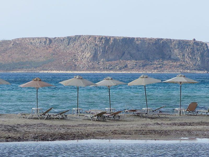Sombrillas vacías en la Playa de Balos