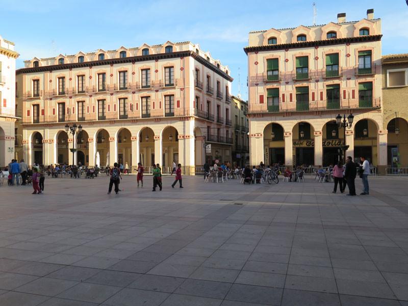 Edificios coloridos de la Plaza de López Allué