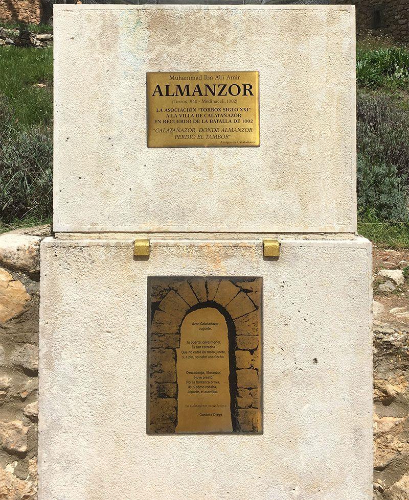 Pilar que sustenta el busto del General Almanzor
