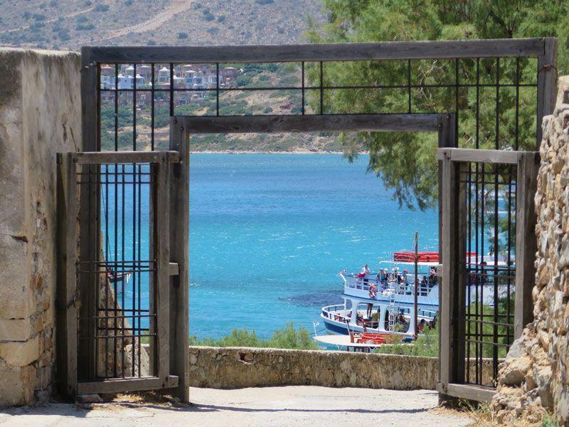 Puerta de madera para entrar al recinto amurallado - Isla de Spinalonga