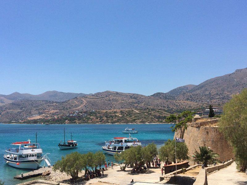 Barcos llegando al pueto de la Isla de Spinalonga
