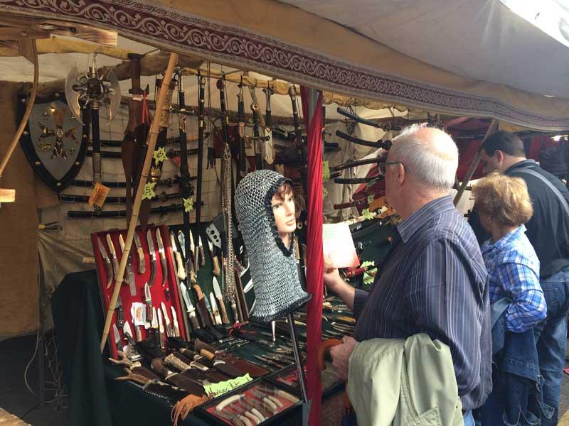 Puesto de cuchillería del Mercado Medieval de Alcalá de Henares