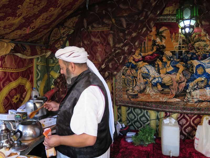 Puesto de té moruno en la Plaza de Cervantes del Mercado Medieval de Alcalá de Henares