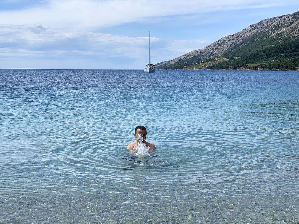 Baño en las aguas de Zlatni Rat