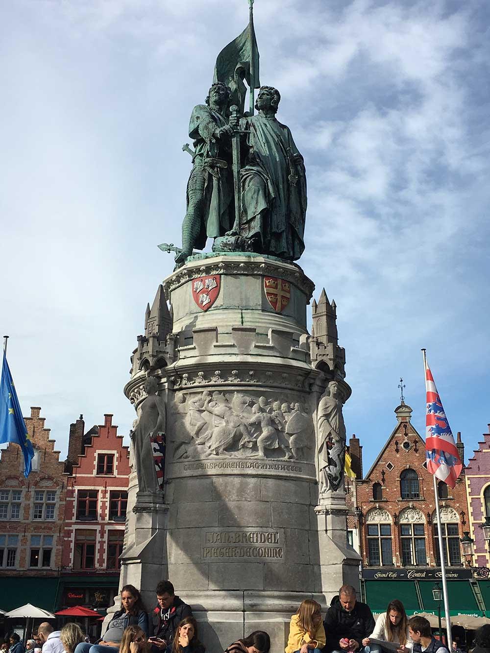 Qué ver en Brujas - estatua homenaje de Jan Breydel y Pieter de Coninck