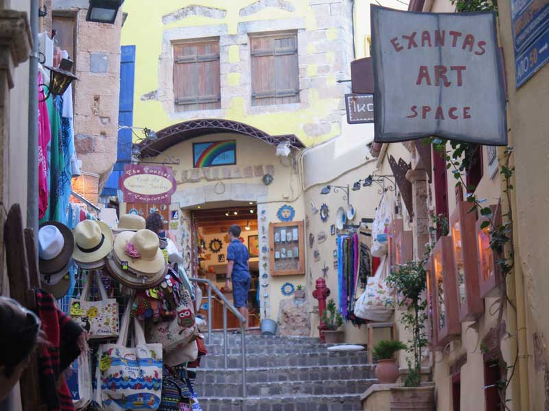 Qué ver en Creta - Colorida calle de tiendas en el barrio de Ovriaki
