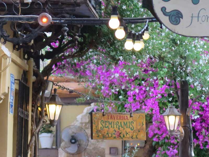 Qué ver en Chania - Letrero rodeado de color de la taberna Semiramis