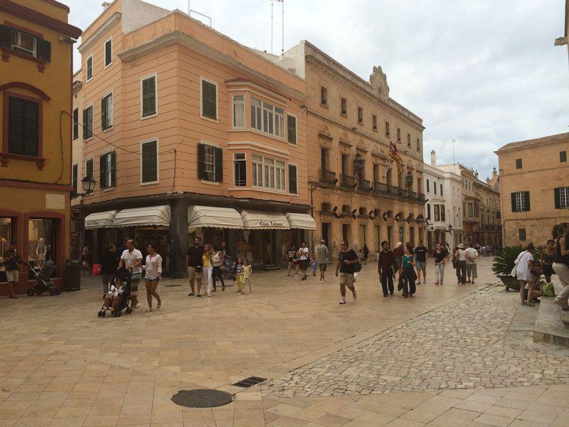 Que ver en Ciutadella - Vista de la calle Major des Born desde la plaza de la catedral