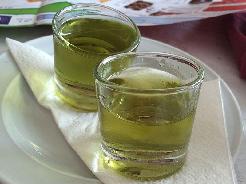 Que ver en Ciutadella - Chupitos de licor de hierbas del restaurante Es Forat