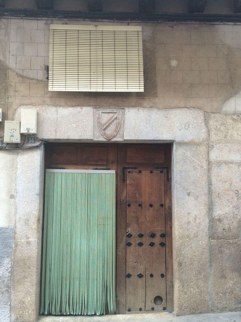 Qué ver en Garganta La Olla - Escudo nobiliario de la familia Carvajal