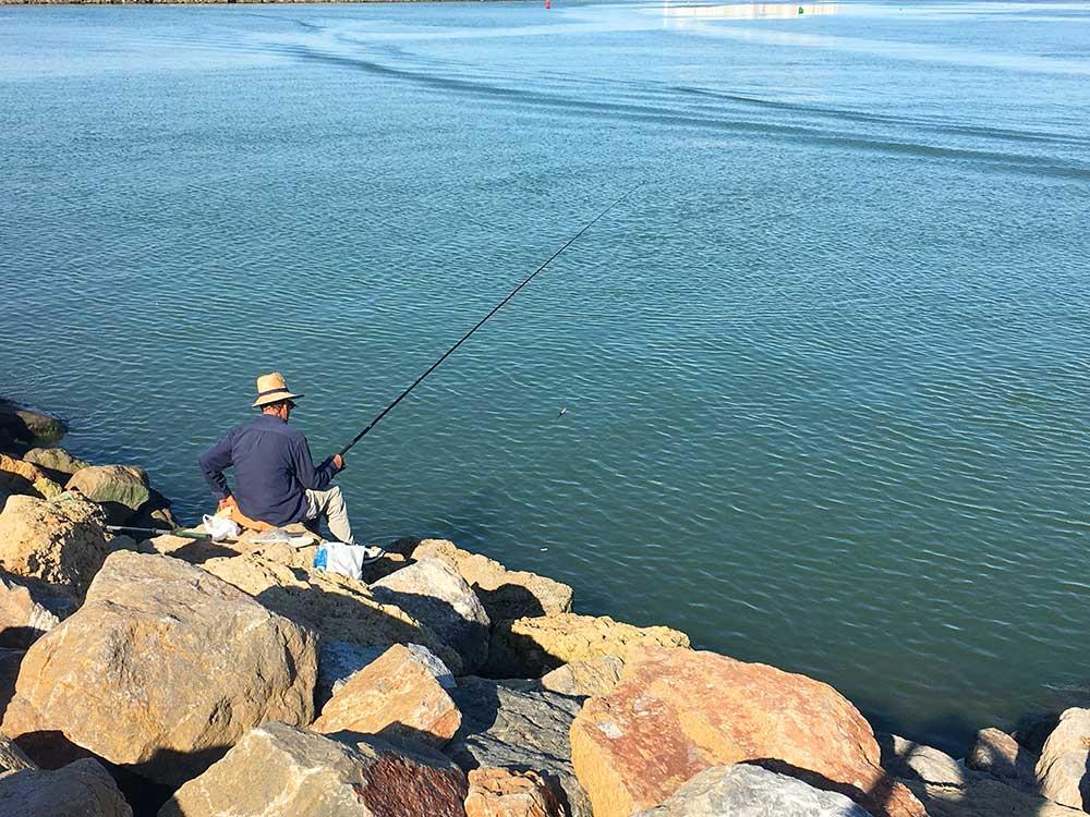 Pescando en el espigón