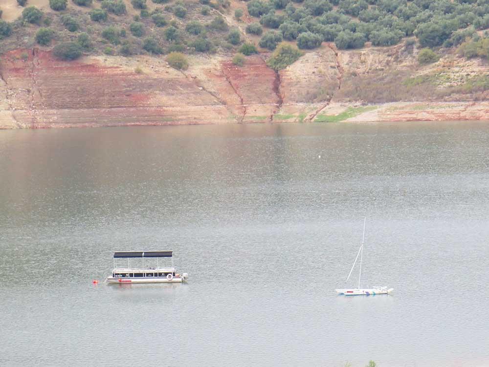 Qué ver en Iznájar - Barco turístico