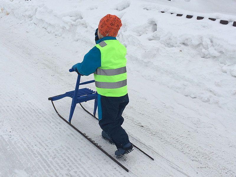 Qué ver en Kirkenes - Laponia Noruega - Niño con trineo