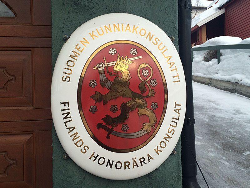 Qué ver en Kirkenes - Laponia Noruega - Placa del consulado de Finlandia