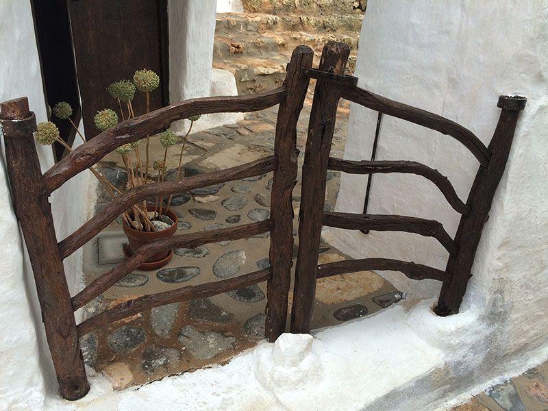 Qué ver en Menorca - Binibeca, pueblo de pescadores - Valla de madera