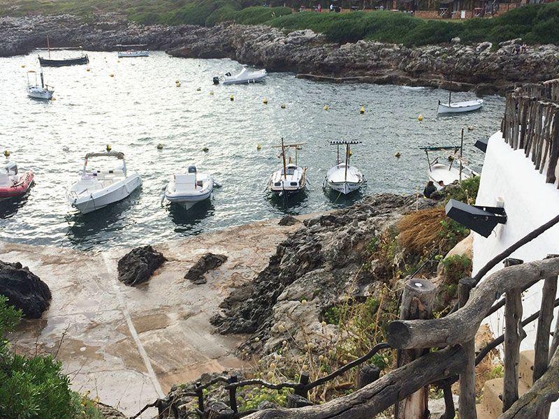 Qué ver en Menorca - Binibeca, pueblo de pescadores - Barquitos en la cala