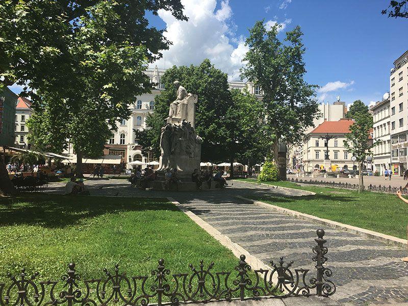 Qué ver en Pest - Budapest - Mihály Vörösmarty Statue