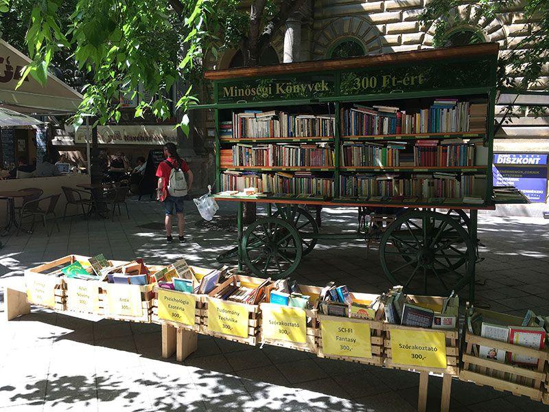 Qué ver en Pest - Budapest - Librería callejera