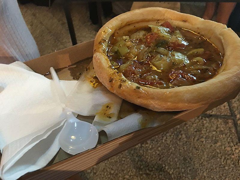 Qué ver en Pest - Budapest - Sopa húngara en pan