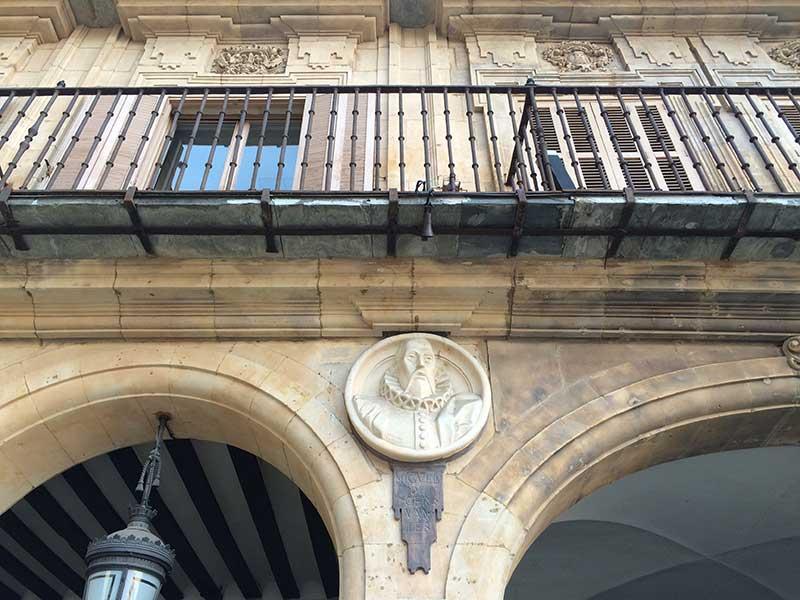 Qué ver en Salamanca en un día - Escudo de Miguel de Cervantes