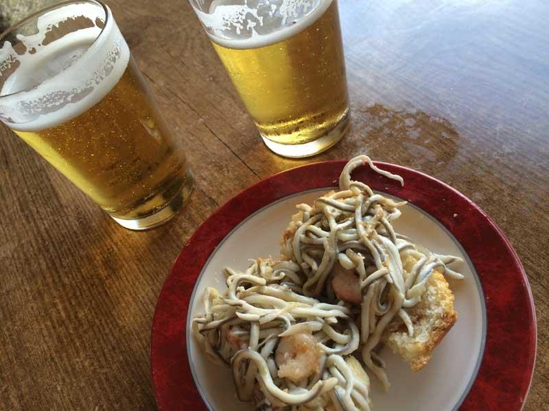 Qué ver en San Martín de Trevejo - Cañas en restaurante Os Arcus