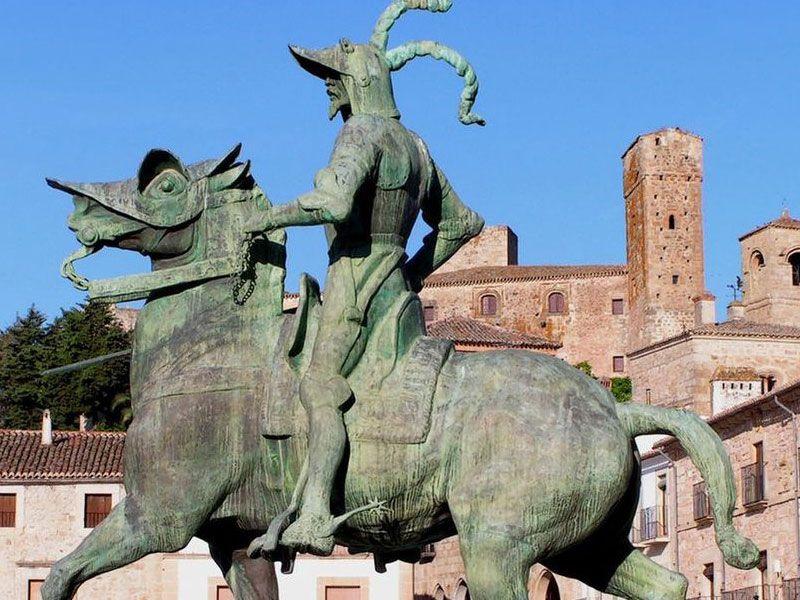 Qué ver en Trujillo - Estatua ecuestre de Francisco Pizarro