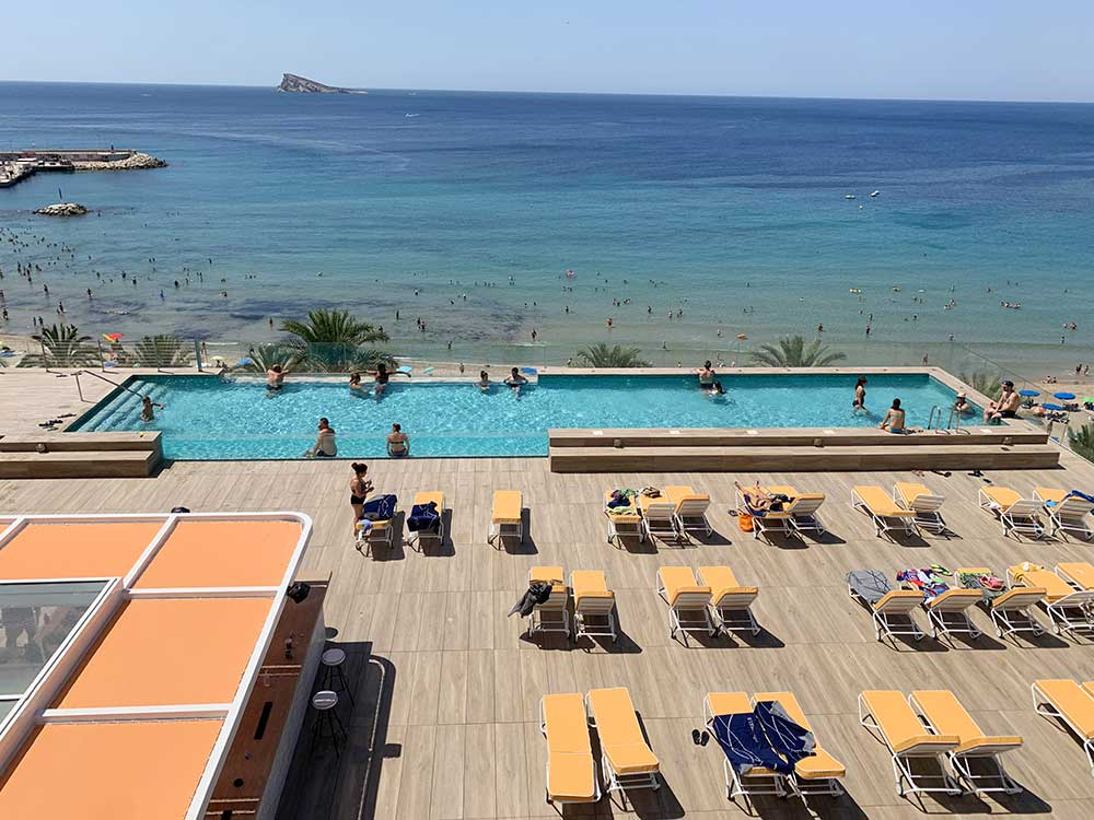 Piscina plunge del hotel H10 Porto Poniente