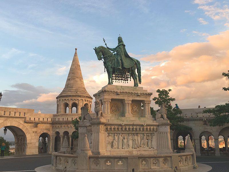 Qué ver y hacer en Budapest en 2 días - Estatua ecuestre de Esteban I