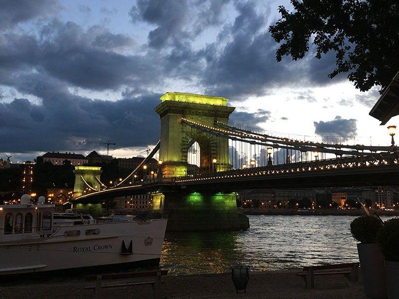 Qué ver y hacer en Budapest en 2 días - Puente de las Cadenas comenzando a iluminarse
