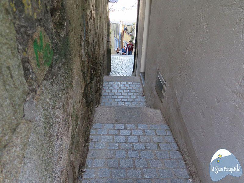 Callejones estrechos del casco antiguo de Finisterre