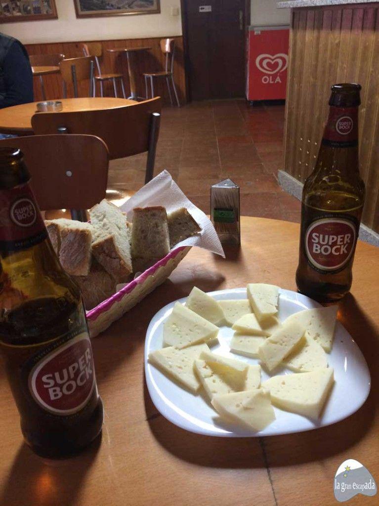 Ración de queso y cervezas en bar de Rihonor - Rio de Onor