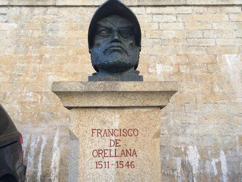 Busto de Francisco de Orellana del recinto amurallado de Trujillo