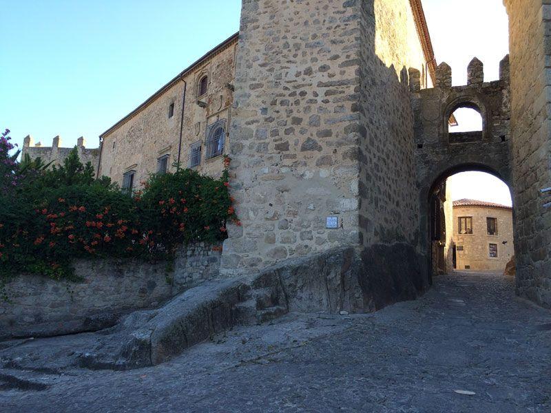 Puerta de Santiago para acceder al recinto amurallado de Trujillo