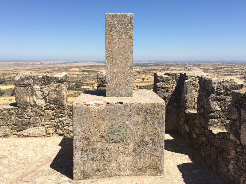 Vértice geodésico en el Castillo de Trujillo