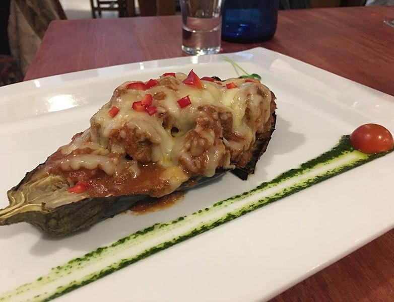 Melitsana Politiki (Berenjena asada rellena de carne de ternera en salsa de canela y queso gratinado)