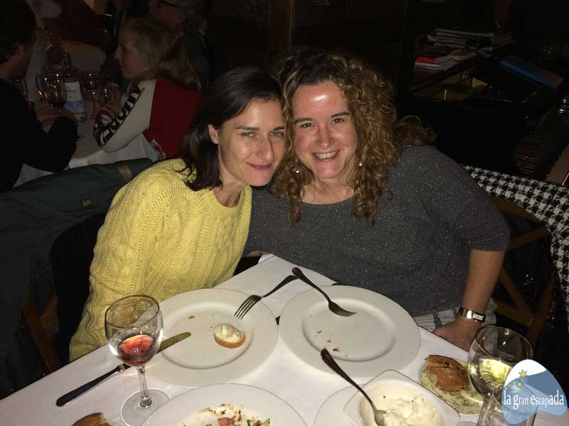 Disfrutando de la cena en el restaurante La Favorita de Madrid