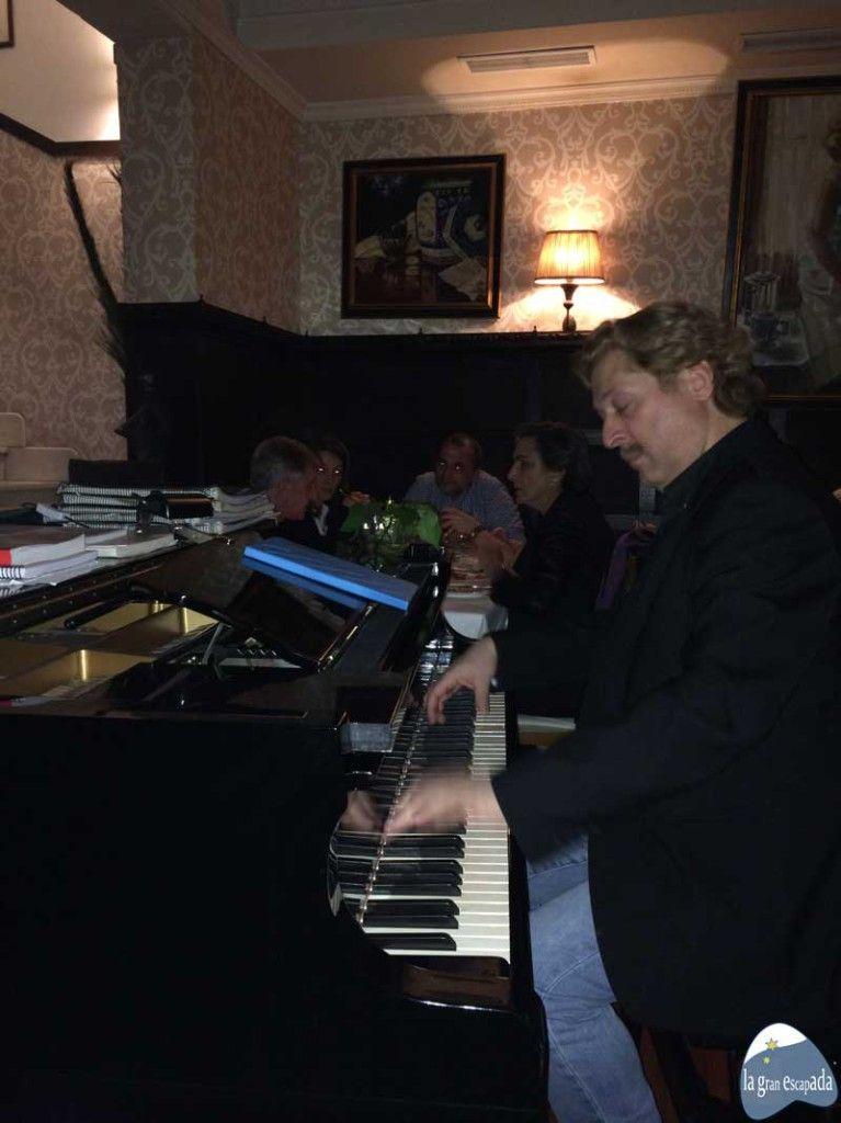 Pianista actuando en directo en el restaurante La Favorita de Madrid