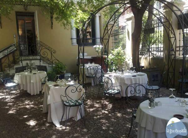 Jardín en la terraza exterior de La Favorita, de día