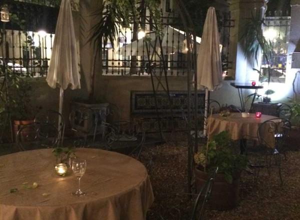 Jardín en la terraza exterior de La Favorita, de noche