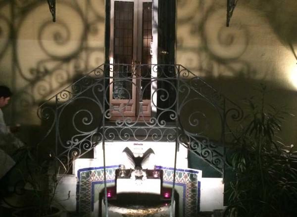 Fuente del jardín en la terraza exterior de La Favorita, de noche