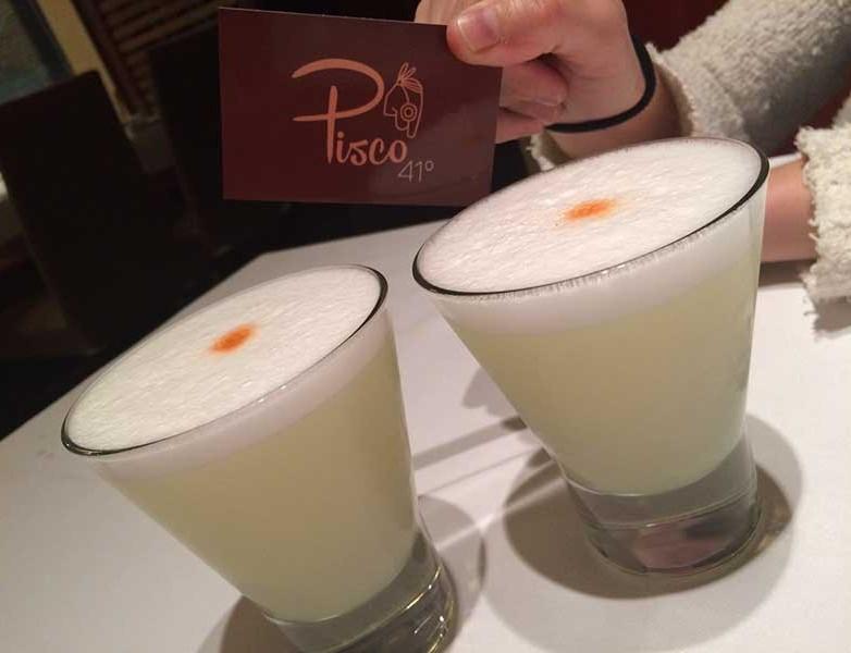 2 Pisco Sour (Pisco, zumo de lima, hilada de huevo y angostura)
