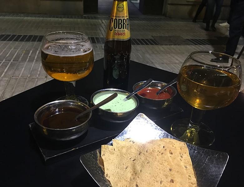 Cerveza hindú Cobra y salsas cortesía de la casa