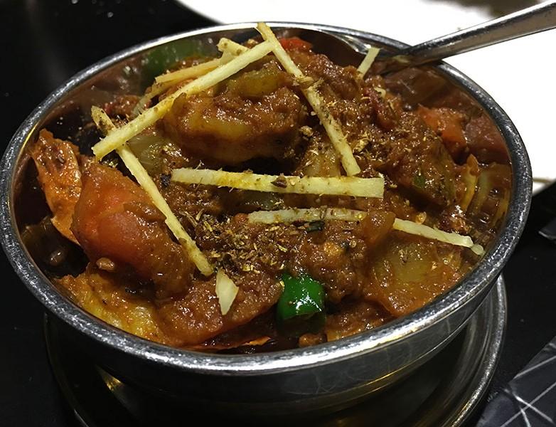 Curry khara massala jhinga – Langostinos con cebolla, tomate, gengibre, ajo, guindilla verde, cilantro y especias aromáticas. Medianamente picante